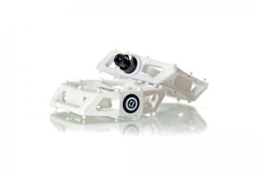demolition pedales plastique blanc