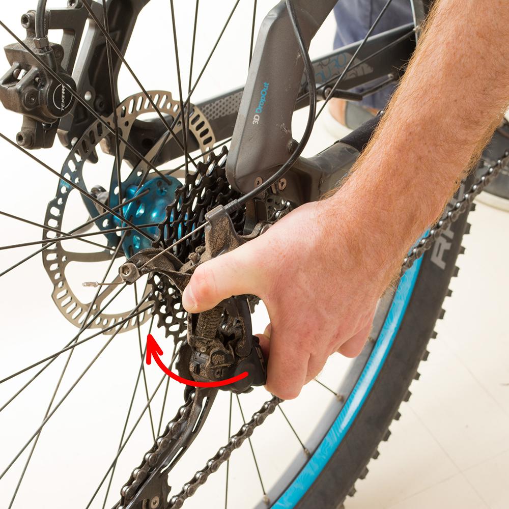 Saisir ensuite le dérailleur et le faire revenir vers l'arrière du vélo