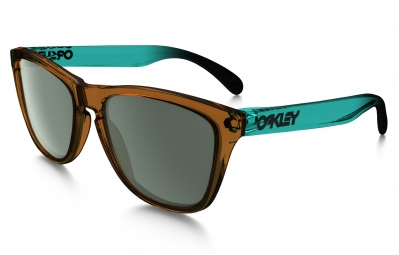 OAKLEY Lunettes SURF COLLECTION FROGSKINS Brown/Dark Grey réf OO9013-43